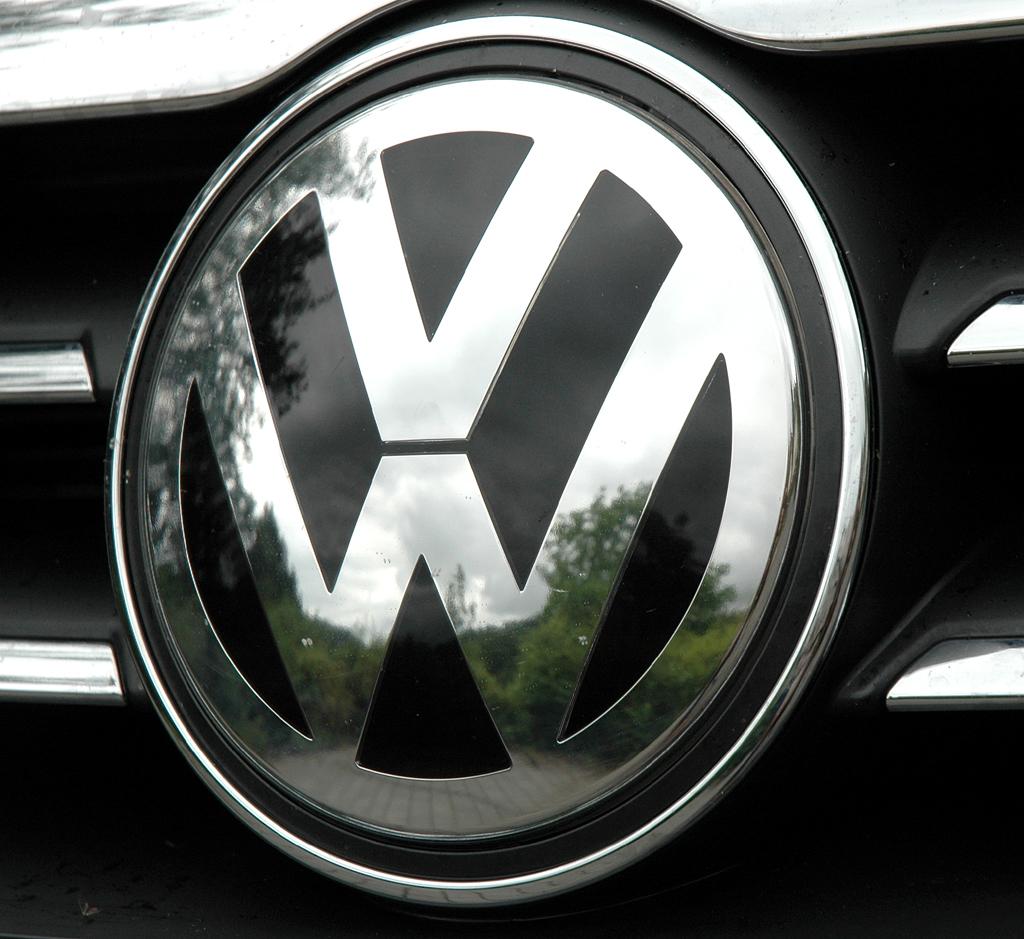 VW Passat CC: Das große Markenlogo sitzt vorn mittig im Kühlergrill.
