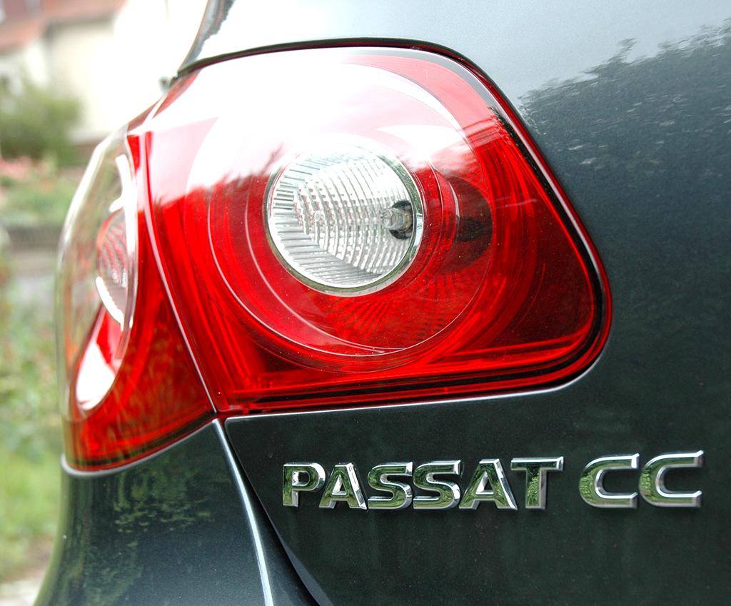 VW Passat CC: Moderne Leuchteinheit hinten mit Modellschriftzug.