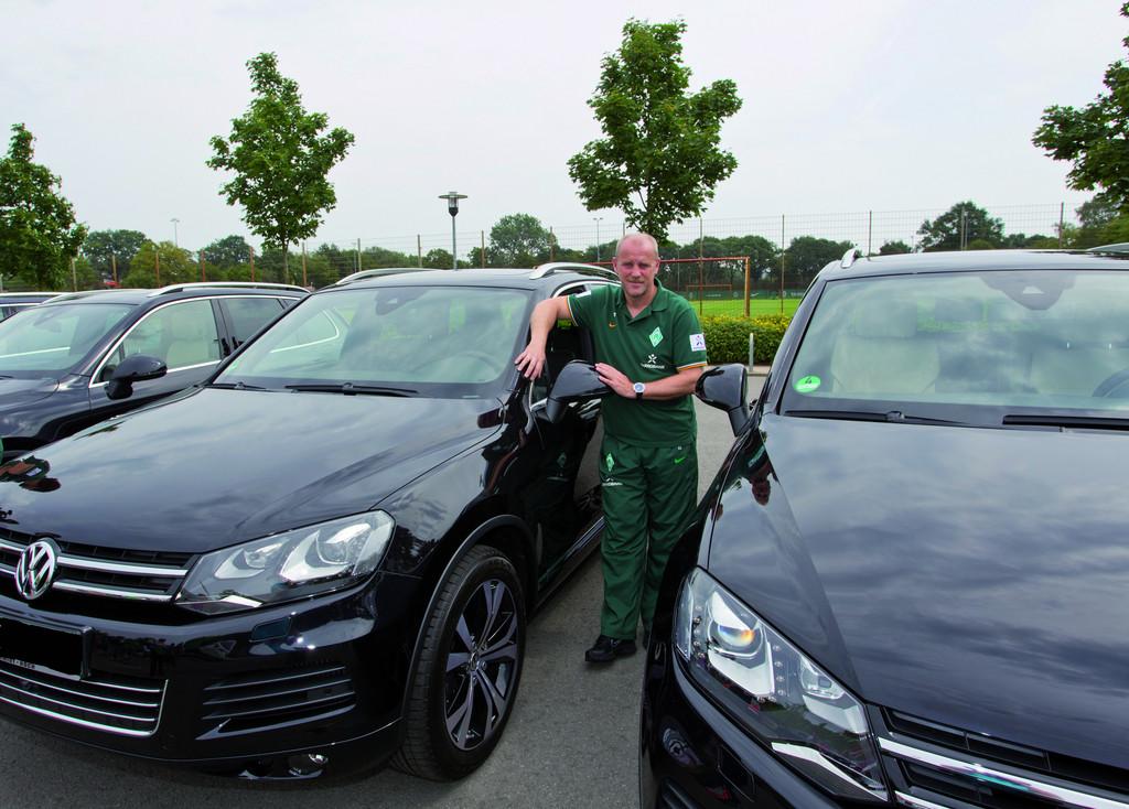Volkswagen hat dem SV Werder Bremen eine neue Fahrzeugflotte übergeben: Cheftrainer Thomas Schaaf vor seinem Touareg.
