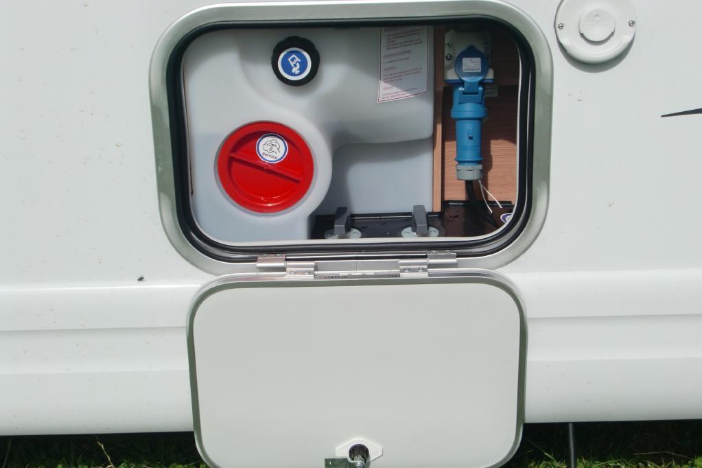 Von Außen sind Frischwassertanks und Absperrhähne erreichbar, außerdem lässt sich das Stromkabel sicher verstauen.