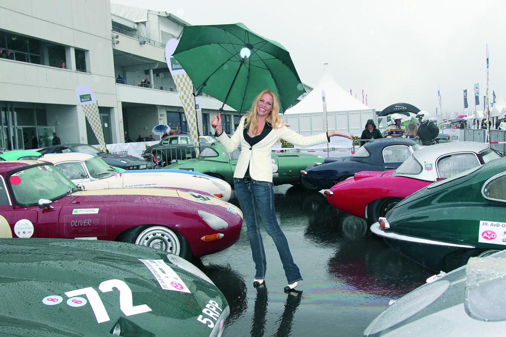 Zu Gast bei der Deutschlandpremiere des Jaguar XKR-S und der 50-Jahr-Feier für den E-Type: Moderatorin Sonya Kraus.