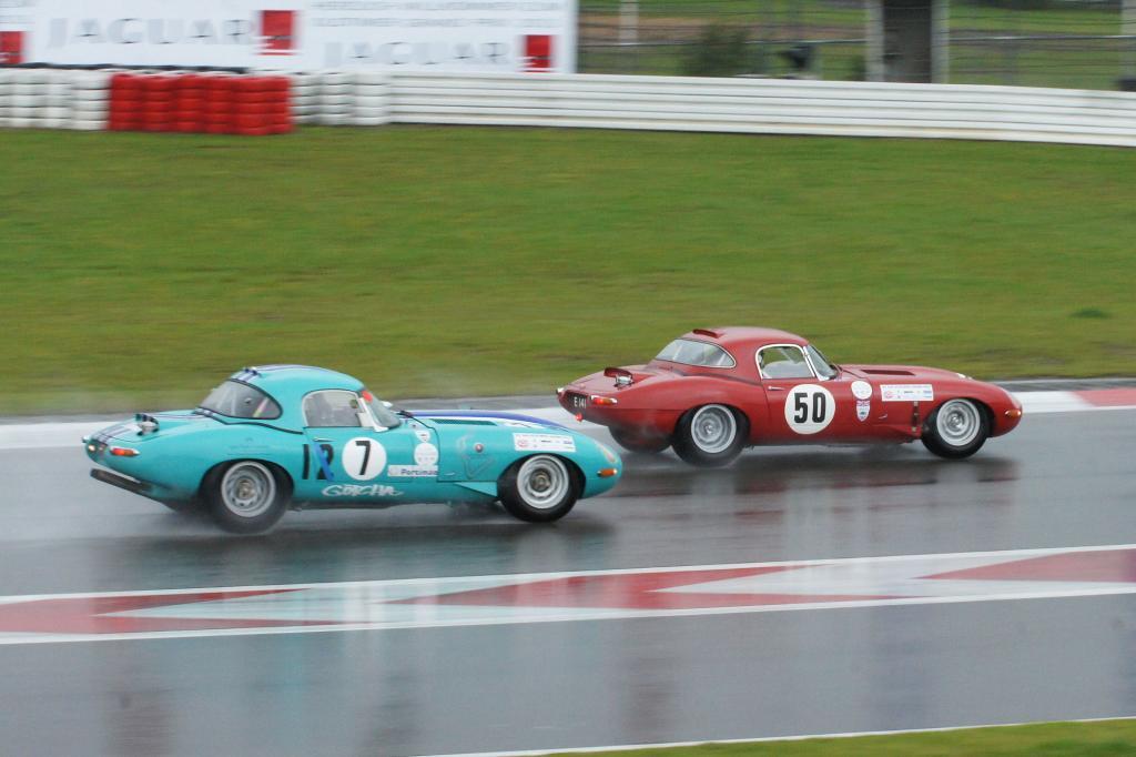 Zwei Jaguar E-Type im engen Duell