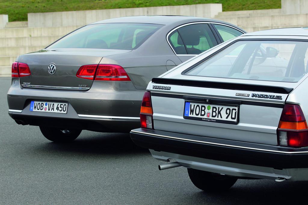 Alter Volkswagen Passat Formel E (rechts) und aktueller Volkswagen Passat Blue Motion.