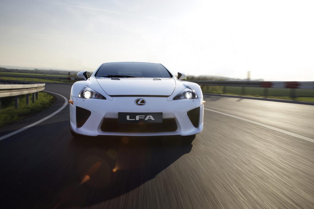 Auch der genauso schnelle Lexus LFA schafft es nicht nach ganz vorn.
