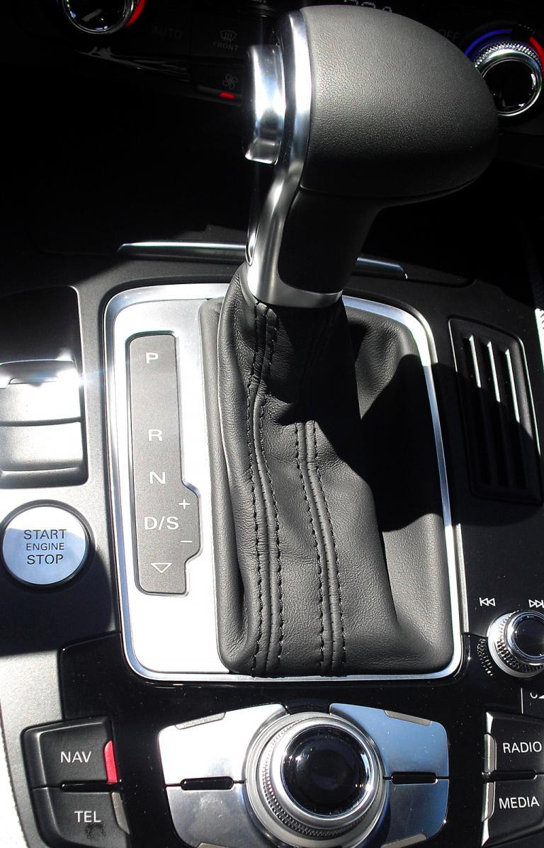 Audi A5: Blick auf den Mitteltunnel mit dem Getriebewählhebel.