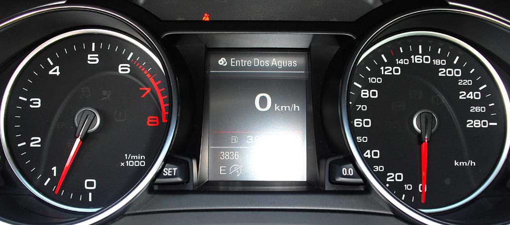 Audi A5: Blick durch den Lenkradkranz auf die Rundinstrumentierung.