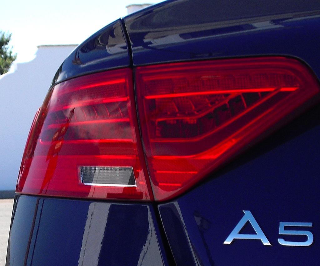 Audi A5: Moderne Leuchteinheit hinten mit Modellschriftzug.