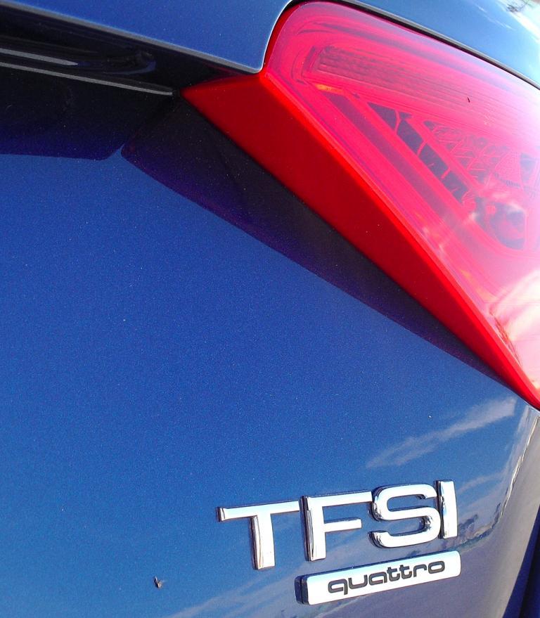 Audi A5: Moderne Leuchteinheit hinten mit Motorisierungsschriftzug.