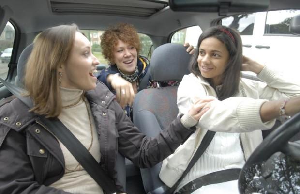 Autos junger Fahrer mit vielen Mängeln