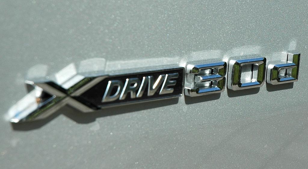 BMW X6 xDrive 30d: Antriebs- und Motorisierungsschriftzug an der Seite.