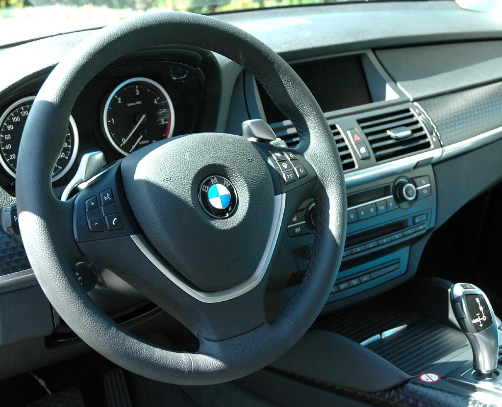 BMW X6 xDrive 30d: Blick ins sportlich-funktionell gestaltete Cockpit.