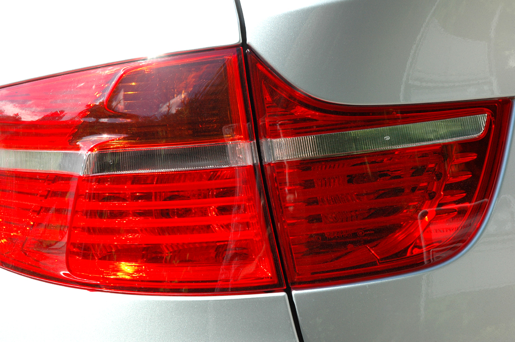 BMW X6 xDrive 30d: Moderne Leuchteinheit hinten.