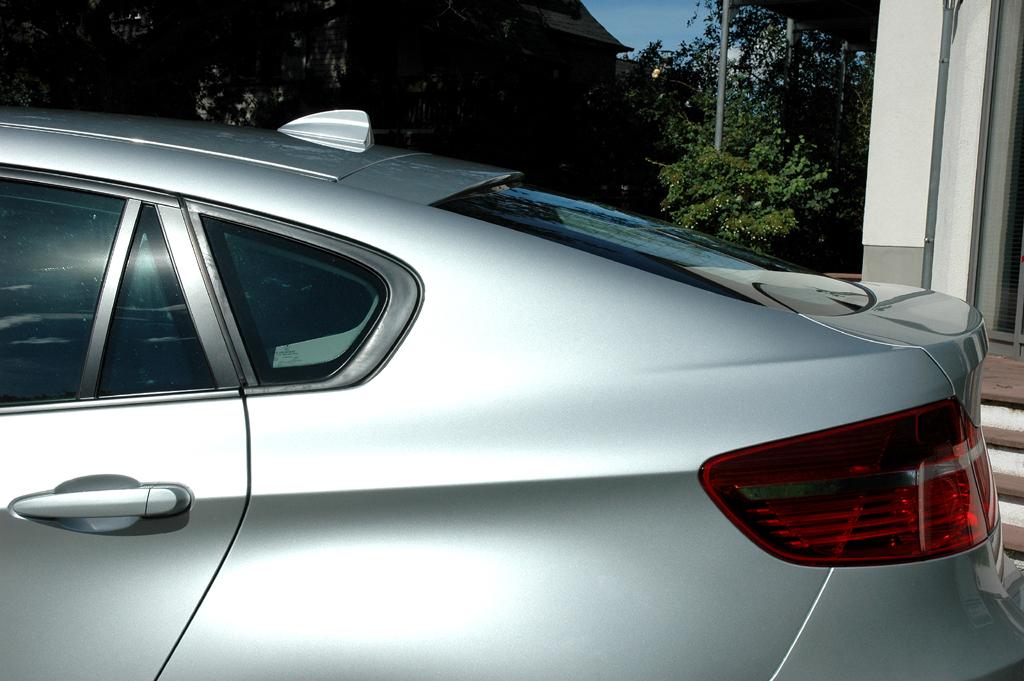 BMW X6 xDrive 30d: Seitenansicht hinten mit Haiflossen-Antenne auf dem Dach.