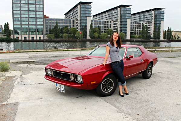 Corinna und ihr lippenstiftroter Ford Mustang - Liebe auf den ersten Blick!