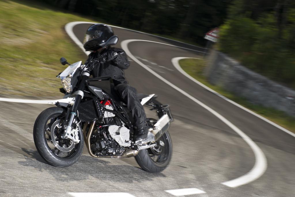 Das Crossover-Modell zwischen Naked-Bike und Supermoto wird von einem 900 ccm-Paralleltwin mit rund 77 kW/105 PS angetrieben