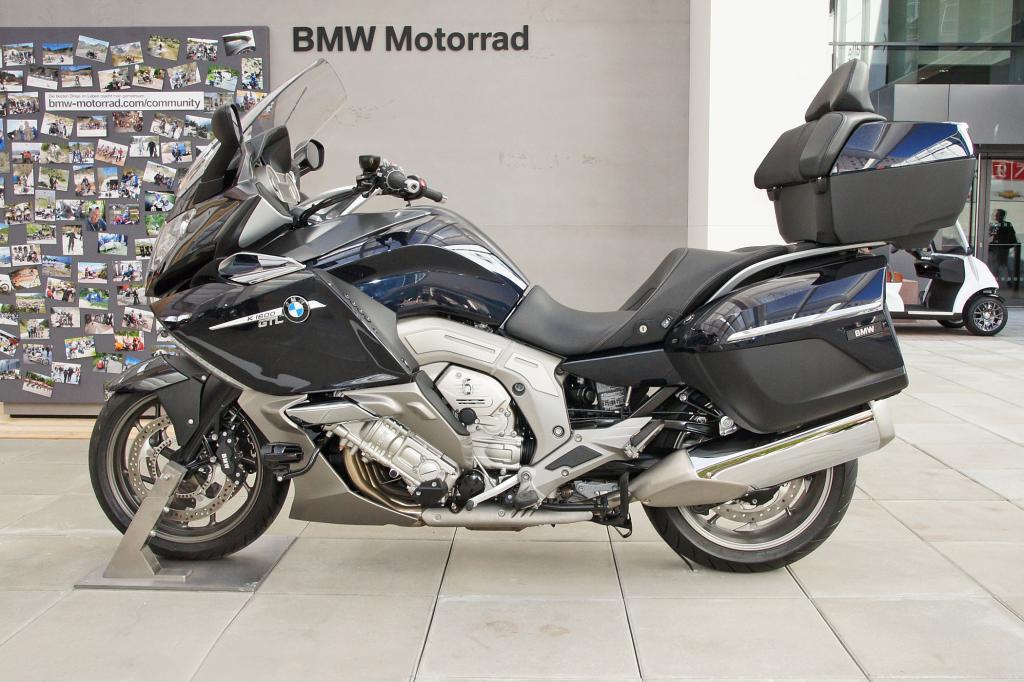 Der große Sechszylinder K1600 von BMW darf auf der IAA nicht fehlen