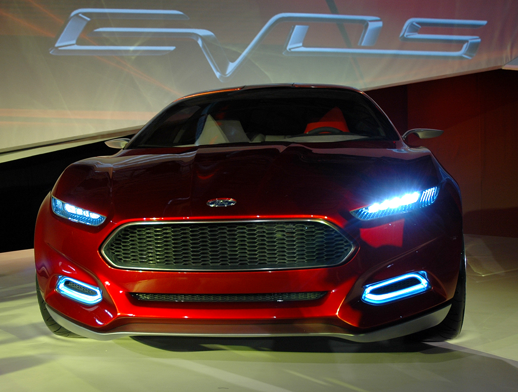 Der höhere, trapezförmige Kühlergrill des Ford-Evos-Konzeptautos soll in Zukunft auch bei den Modellen aus der Serie zum Einsatz kommen.