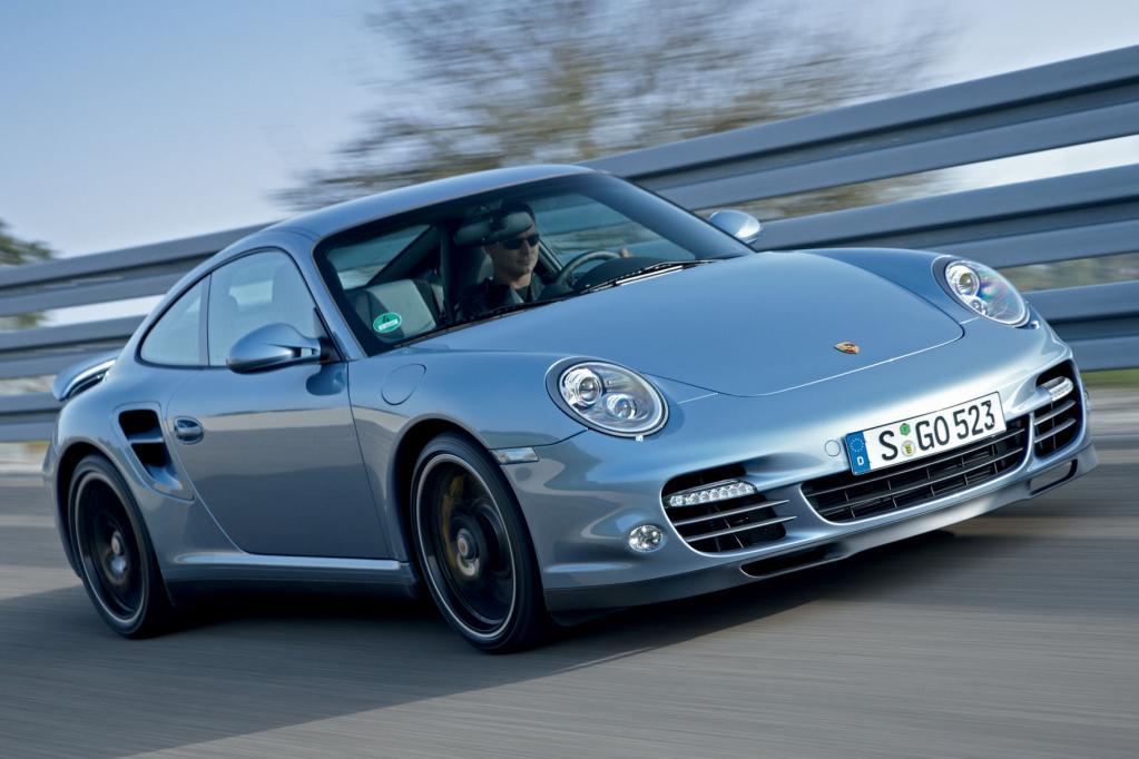 Der sprintstärkste Deutsche ist der Porsche 911 Turbo S. 3,3 Sekunden zeigt die Stoppuhr, wenn Tempo 100 passiert wird.