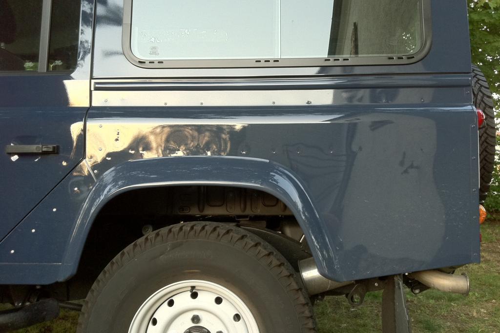 Die Karosserie des Land Rover ist ab Werk so wellig, dass es auf eine Delle mehr oder weniger kaum ankommt