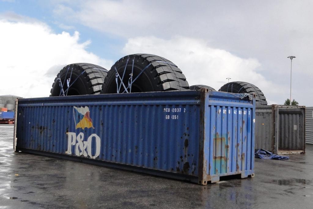 Die Reifen sind für einen XXL-Lkw eines Minenebetreibers