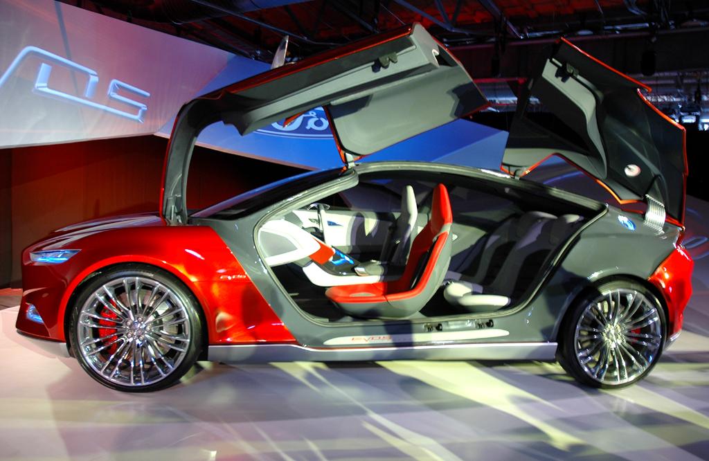 Die neue viersitzige Ford-Evos-Studie weist gleich vier Flügeltüren auf.
