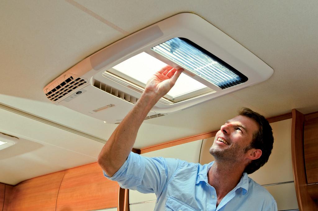 Fürs Reisemobil: Dachfenster und Klimaanlage in einem Bauteil