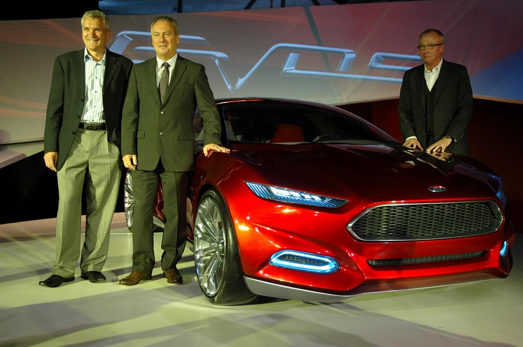 Gruppenbild mit neuer Ford-Evos-Studie: (von links) Ford-Chefingenieur Mascarenas, Europa-Chef Odell und J Mays, dem Chef-Kreativen der Amerikaner.
