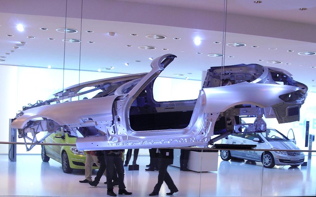 IAA 2011: Schwebende Leichtbau-Karosserie in der Mercedes-Halle.