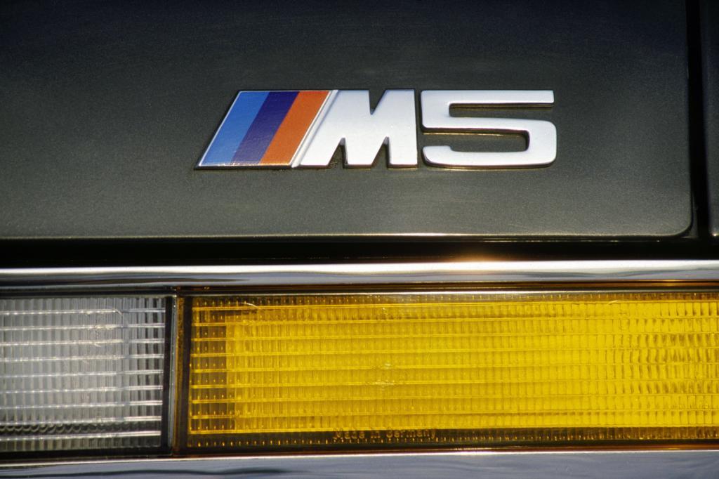 Ikongraphie einer Extrem-Limousine: Der M5-Schriftzug am Heck der ersten Generation