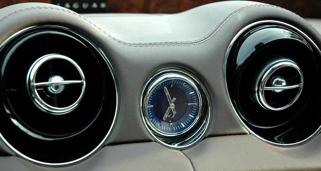 Jaguar XJ: Blick auf die Uhr zwischen den beiden Lüftungsdüsen.