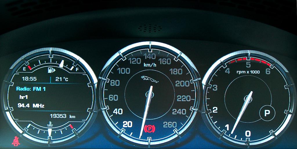 Jaguar XJ: Blick durch den Lenkradkranz auf die Rundinstrumentierung.