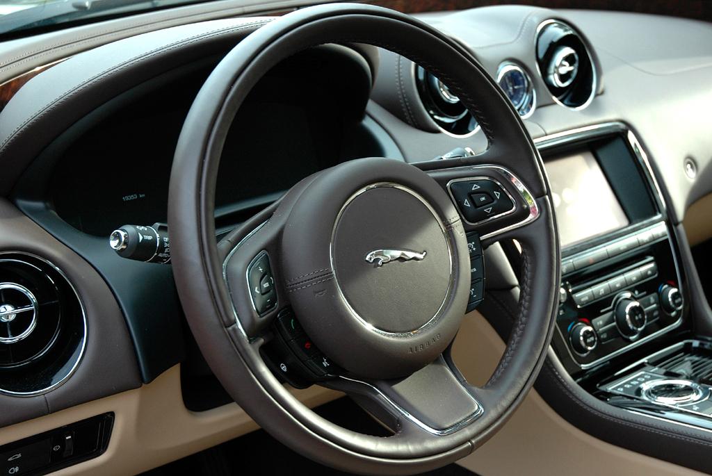 Jaguar XJ: Blick ins edel gestaltete Cockpit mit dem großen Lenkrad.