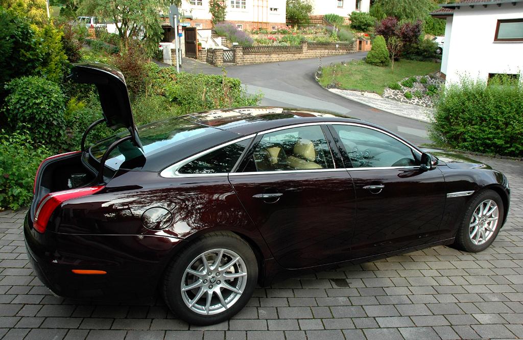 Jaguar XJ: Ins Gepäckabteil passen stattliche 520 Liter hinein.