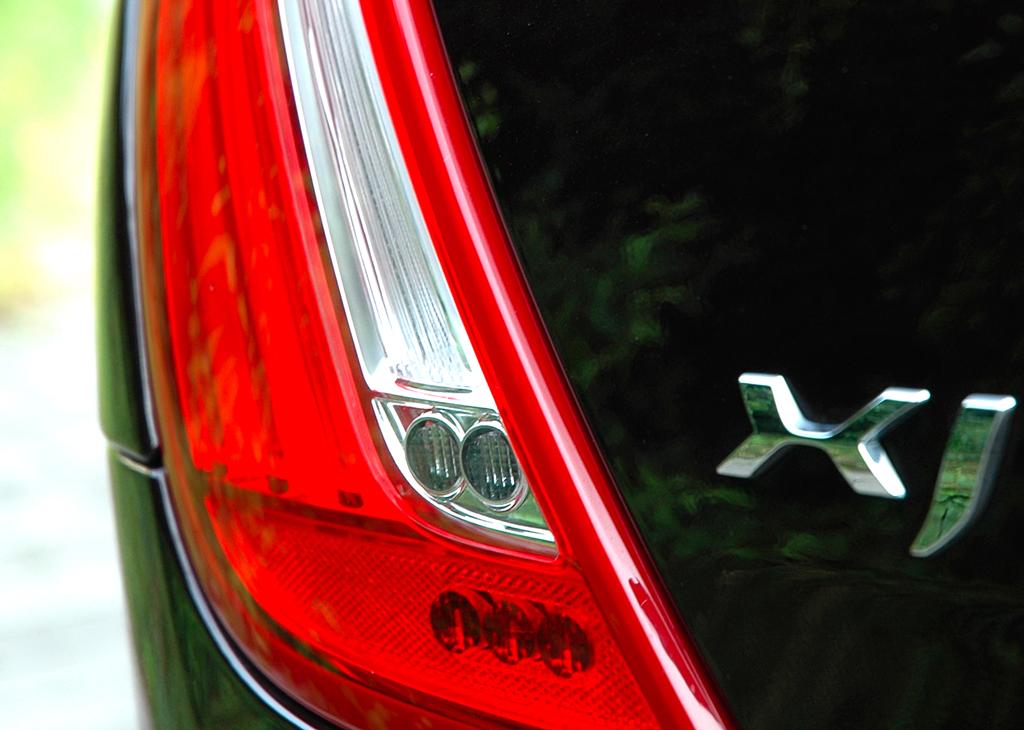 Jaguar XJ: Moderne Leuchteinheit hinten mit Modellschriftzug.