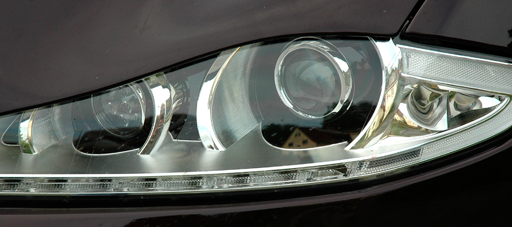 Jaguar XJ: Moderne Leuchteinheit vorn.