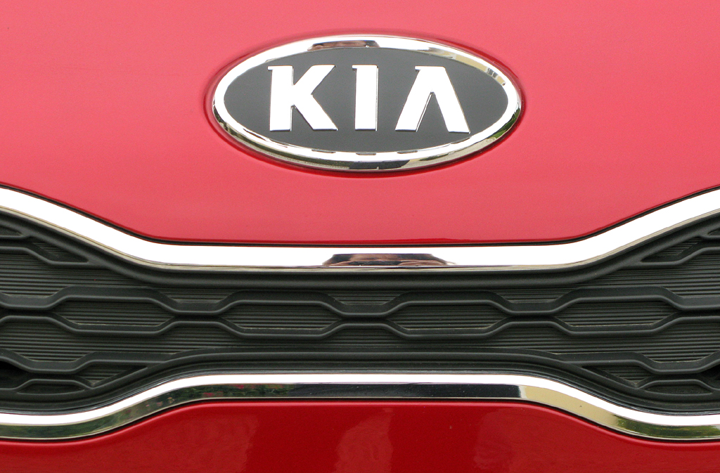 Kia Rio: Das Markenlogo sitzt vorn über der kleinen Kühlergrill-Leiste.