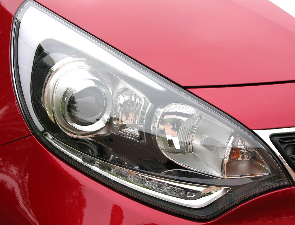 Kia Rio: Moderne Leuchteinheit vorn.Kia Rio: Blick unter die Haube; vier Motorisierungen stehen zunächst zur Wahl.