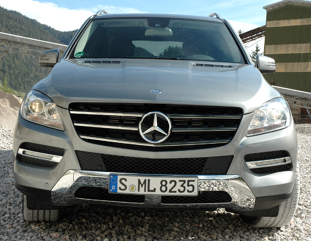 Mercedes M-Klasse: Blick auf die Frontpartie des Permanentallradlers.