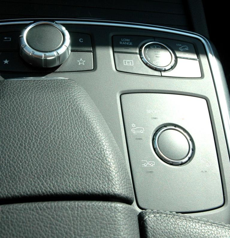 Mercedes M-Klasse: Blick auf die Mittelkonsole mit dem Controller links oben.