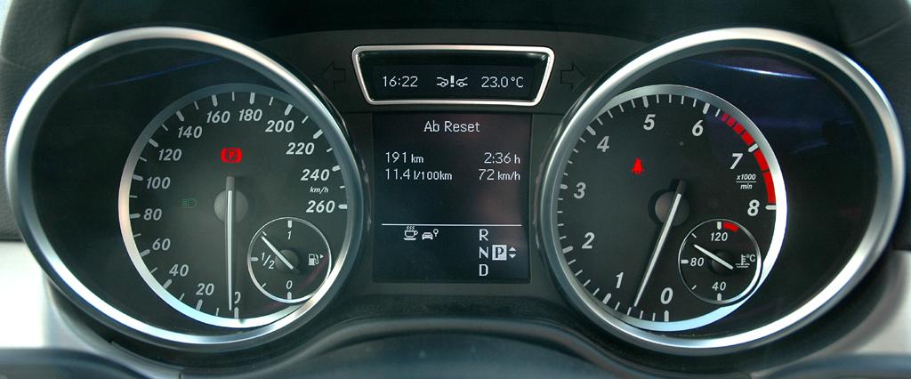 Mercedes M-Klasse: Blick durch den Lenkradkranz auf die Rundinstrumentierung.