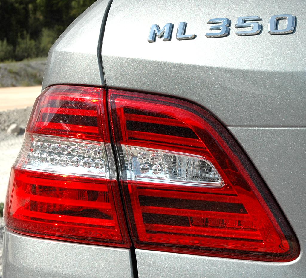 Mercedes M-Klasse: Moderne Leuchteinheit hinten mit Modellschriftzug.