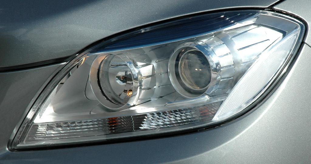 Mercedes M-Klasse: Moderne Leuchteinheit vorn mit LED-Tagfahrlicht.