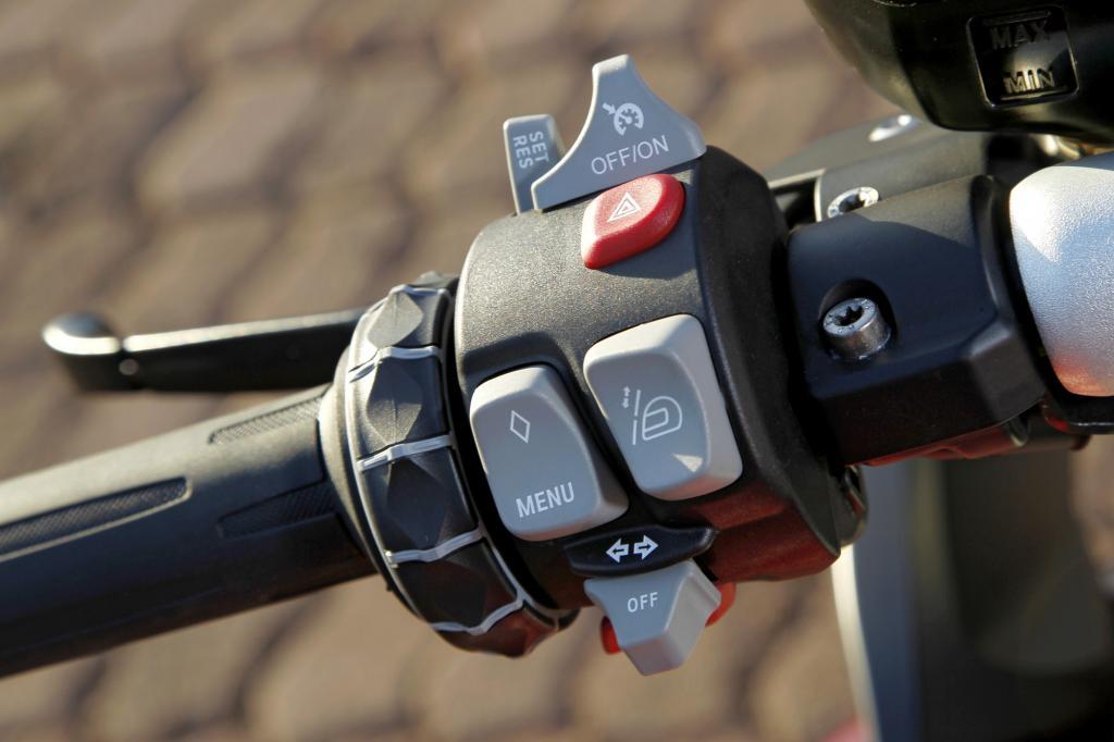 Mit dem Einstellrad lässt sich leicht durchs Menü navigieren
