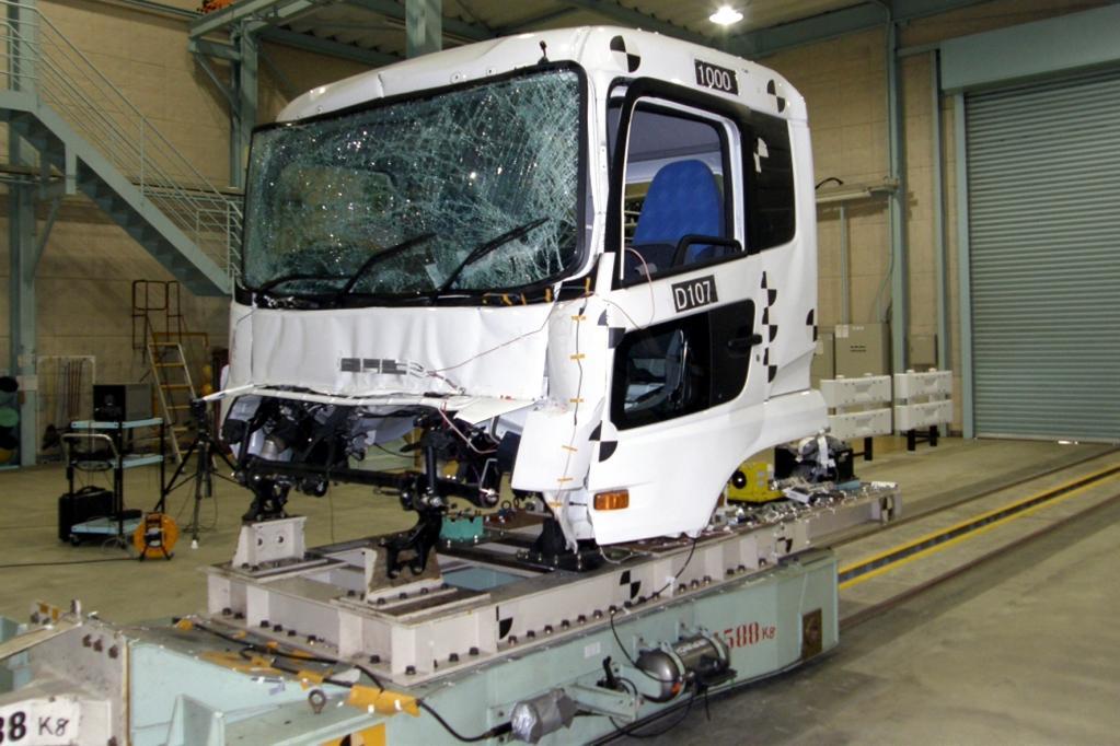 Neuer Lkw-Crashtest: Führerhaus fährt Schlitten