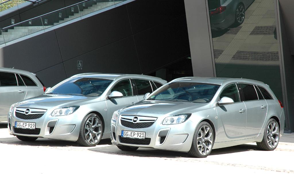 Opel Insignia: Die OPC-Varianten, hier als Kombi, setzen schon äußerlich sportliche Akzente.
