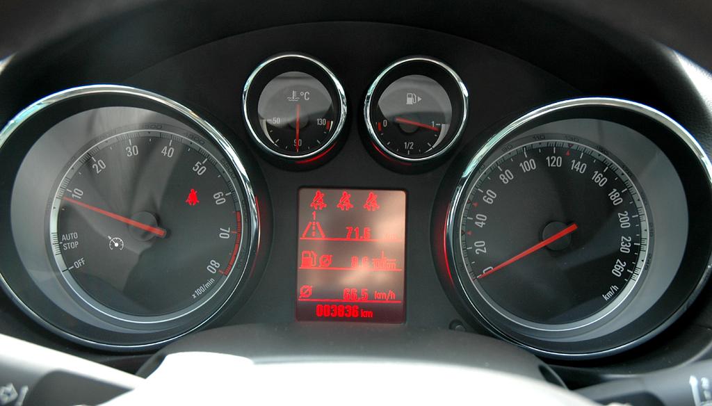 Opel Insignia: Im Display finden sich künftig günstigere Verbrauchswerte.