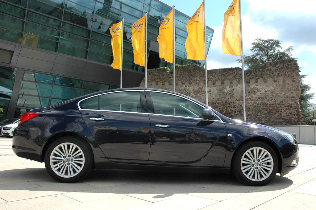Opel Insignia: Neben dem Sports Tourer fährt auch die Limousine überaus formschön vor.
