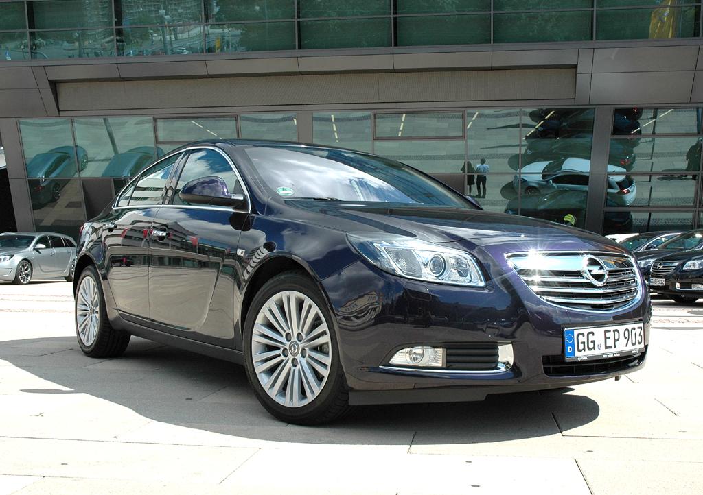 Opel hat den gehobenen Mittelklasse-Insignia, hier als Limousine, aufgewertet. Fotos: Koch