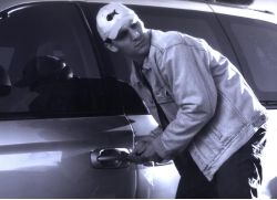 Recht: Kein Versicherungsschutz, wenn rotes Kennzeichen nicht am Fahrzeug befestigt
