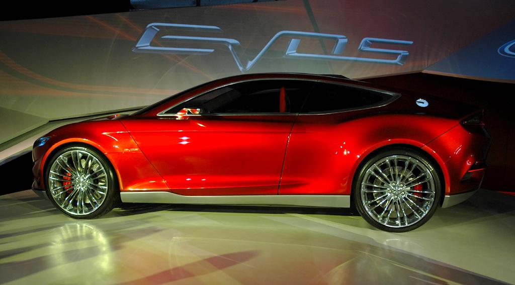 So sieht das Konzeptauto Evos von Ford von der Seite aus ...